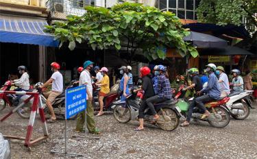 Chốt kiểm soát chợ Yên Ninh, thành phố Yên Bái nhắc nhở mọi người đeo khẩu trang khi vào chợ.
