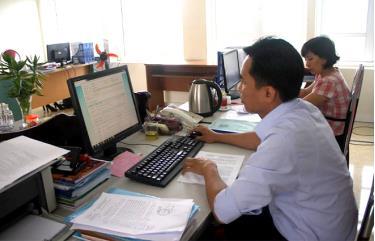 Qua học tập, bồi dưỡng, đội ngũ CBCCVC Yên Bái ngày càng hoàn thiện về trình độ chuyên môn, nghiệp vụ. (Ảnh: Công chức Sở Tư pháp Yên Bái sử dụng công nghệ thông tin phục vụ công tác chuyên môn).
