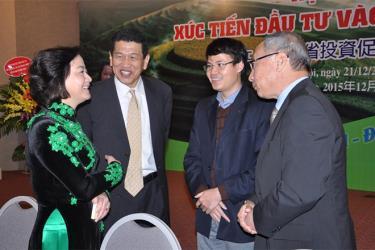 Đồng chí Phạm Thị Thanh Trà - Ủy viên Ban Chấp hành Trung ương Đảng, Bí thư Tỉnh ủy, Chủ tịch HĐND tỉnh trao đổi với các nhà đầu tư Nhật Bản.