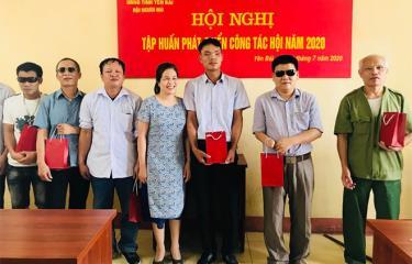 Hội viên Hội Người mù Yên Bái nhận quà của đơn vị tài trợ.