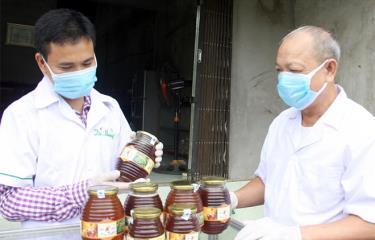 Sản phẩm mật ong đảm bảo chất lượng của HTX Nông nghiệp Minh Bảo được đóng chai có tem, nhãn đầy đủ phục vụ người tiêu dùng.