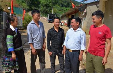 Anh Giàng A Tồng - Chủ tịch Hội Nông dân xã Lao Chải (thứ 2, phải sang), xuống cơ sở vận động nhân dân trồng cây, vệ sinh đường bê tông trong xã.
