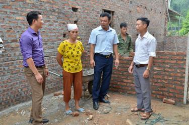 Lãnh đạo xã Yên Phú kiểm tra việc xây nhà cho hộ người có công.