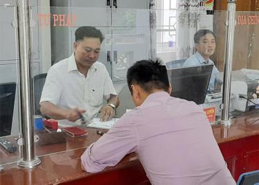 Để nâng cao chỉ số PAPI, cần tiếp tục nâng cao chất lượng hoạt động của Trung tâm Phục vụ hành chính công của tỉnh và bộ phận phục vụ hành chính công cấp huyện, cấp xã. (Trong ảnh: Cán bộ xã An Phú, huyện Lục Yên giải quyết công việc cho người dân).