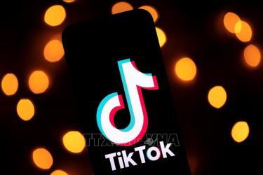 Biểu tượng TikTok trên một màn hình điện thoại ở Paris, Pháp.