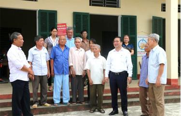 Bí thư Huyện ủy Đoàn Hữu Phung (thứ 3 từ phải sang) trao đổi với cán bộ, đảng viên xã Đại Đồng, huyện Yên Bình.