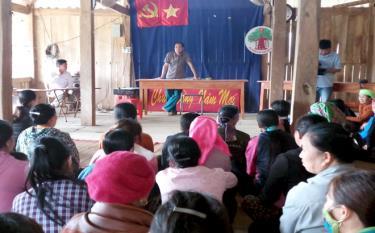Tuyên truyền kết quả đại hội chi, đảng bộ cơ sở ở Đảng bộ xã Sơn A. Ảnh Quang Tuấn