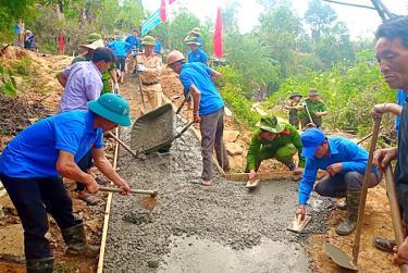 Cán bộ các ngành, cùng nhân dân huyện Mù Cang Chải tích cực tham gia bê tông hóa đường giao thông nông thôn.