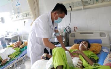 Bác sĩ Nguyễn Mạnh Chiến kiểm tra vết mổ cho bệnh nhân.