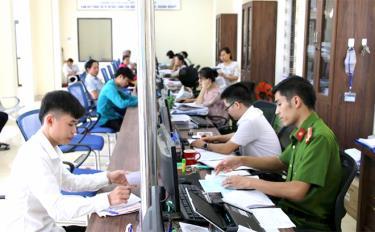 Bộ phận Phục vụ hành chính công huyện Văn Yên giải quyết thủ tục hành chính cho người dân (Ảnh chụp trước ngày 29/4/2021).