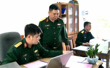 Lãnh đạo Chi bộ Ban Chính trị, Đảng ủy Quân sự huyện Văn Yên trao đổi nghiệp vụ với cán bộ.