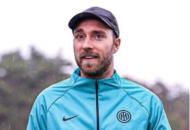 Eriksen phấn chấn trong ngày trở lại CLB. Ảnh: Inter.