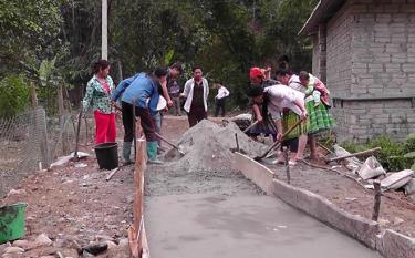 Đồng bào Mông thôn Đồng Ruộng, xã Kiên Thành, huyện Trấn Yên làm đường giao thông.