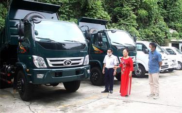 Bà Trần Thị Lương chia sẻ công việc kinh doanh của Công ty TNHH Thương mại ô tô Vina Hòa Bình với lãnh đạo Hội NCT huyện Yên Bình.