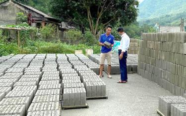 Ông Hoàng Văn Cửu giới thiệu với khách hàng về chất lượng sản phẩm gạch xi măng của gia đình.