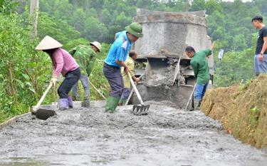 Nhân dân thôn Hơn bê tông hóa đường ngõ xóm.