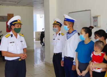 Thượng tá Phạm Văn Kết thăm hỏi các gia đình.