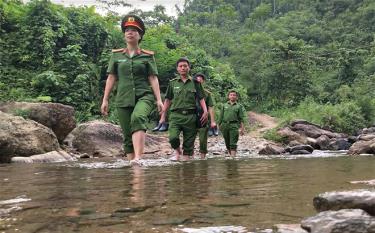 Trung tá Đinh Thị Thu Hương cùng đồng nghiệp băng rừng, lội suối đi cấp thẻ căn cước công dân cho người dân trong huyện.