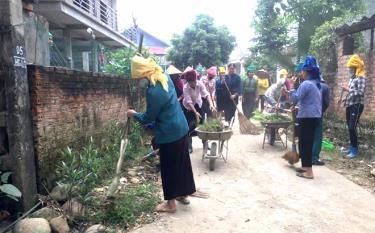 Hội viên phụ nữ thôn Đình Cại, xã Hạnh Sơn, thị xã Nghĩa Lộ tham gia vệ sinh môi trường (ảnh chụp trước ngày 27/4/2021).