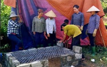 Nhân dân thôn Đồng Thập, xã Minh An, huyện Văn Chấn xây lò đốt rác.