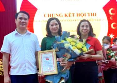 Lãnh đạo Agribank Chi nhánh tỉnh Yên Bái tặng hoa chúc mừng đảng viên Nguyễn Tú Oanh.