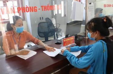 Cán bộ Bộ phận Phục vụ hành chính công xã Thịnh Hưng (Yên Bình) giải quyết thủ tục hành chính cho người dân.