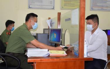 Cán bộ, chiến sĩ Đội Quản lý xuất nhập cảnh, Phòng An ninh đối ngoại, Công an tỉnh trả kết quả hộ chiếu cho công dân.