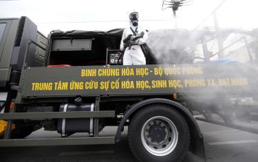 Xe đặc chủng của Binh chủng Hóa học - Bộ Quốc phòng phun khử trùng trên đường Quang Trung, quận Gò Vấp, thành phố Hồ Chí Minh (Ảnh: Báo Thanh Niên)
