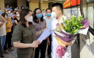 Vice Chairwoman of the provincial People's Committee Vu Thi Hien Hanh, who is also Standing Deputy Director of the provincial Steering Committee for COVID-19 Prevention and Control, wishes medical staffs success in performing their tasks.