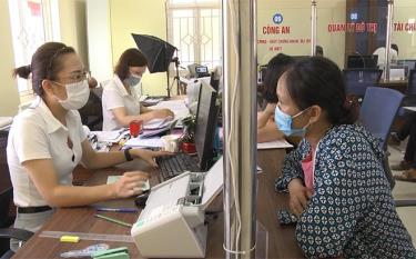 Chi nhánh Văn phòng Đăng ký đất đai thành phố Yên Bái tiếp nhận giải quyết thủ tục hành chính cho người dân.