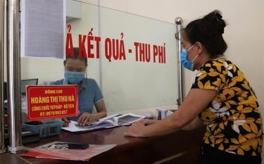 """Công chức Bộ phận """"một cửa"""" phường Nguyễn Thái Học giải quyết thủ tục hành chính cho người dân."""