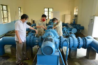 Officials check operation of the clean water pumping station at Nghia Lo Water Distribution joint Stock Company.