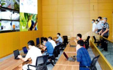 Đồng chí Trần Huy Tuấn - Phó bí thư Tỉnh ủy, Chủ tịch UBND tỉnh (người thứ 2 bên phải) kiểm tra tiến độ thi công Trung tâm Điều hành giám sát đô thị thông minh. (Ảnh: Tiến Lập)
