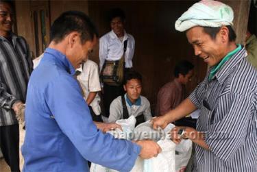 Người dân xã Bản Công nhận phân bón hỗ trợ của Nhà nước phục vụ sản xuất.