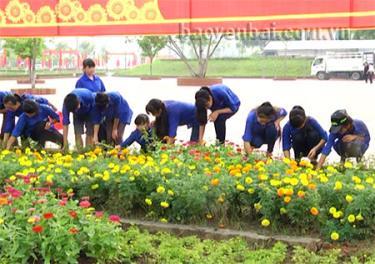 Trung tâm tỉnh lỵ rực rỡ cờ, hoa trong ngày Đại hội