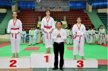 Đồng chí Nguyễn Lâm Tới - Phó giám đốc Sở Văn hóa - Thể thao và Du lịch  trao giải cho các vận động viên đạt thành tích cao