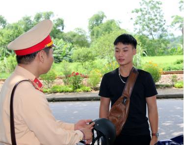 Lực lượng cảnh sát giao thông huyện Trấn Yên kiểm tra phương tiện lưu thông trên địa bàn.