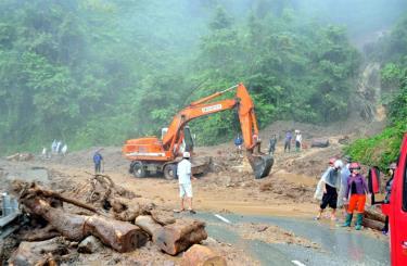 Ngành giao thông - vận tải tỉnh Yên Bái khắc phục hậu quả mưa bão tại khu vực đèo Khau Phạ, huyện Mù Cang Chải.