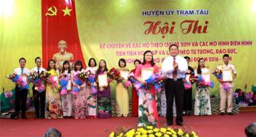 Lãnh đạo huyện Trạm Tấu trao thưởng cho các thí sinh tại vòng chung kết của Hội thi.