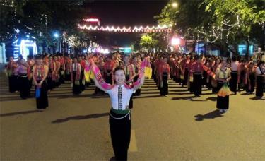 Diễu diễn đường phố luôn là điểm nhấn trong Tuần Văn hóa - Du lịch Mường Lò hàng năm.