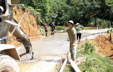 Người dân xã Văn Lãng tham gia đổ bê tông các tuyến đường liên thôn, liên xóm.