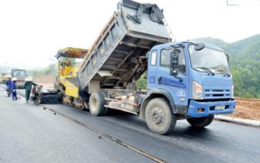 Nhà thầu đẩy nhanh tiến độ thi công đường dẫn cầu Tuần Quán, đảm bảo thông xe kỹ thuật đường dẫn sáng ngày 29/8 vừa qua. (Ảnh: Thanh Tân)