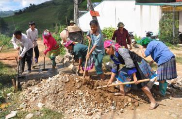 Bà con dân tộc Mông ở thôn Háng Cuốn Rùa, xã Dế Xu Phình chung sức bê tông hóa nhiều tuyến đường liên thôn.