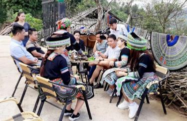 Mới đi vào hoạt động nhưng mô hình du lịch cộng đồng của gia đình chị Sùng Thị Xày ở thôn Pang Cáng, xã Suối Giàng đã thu hút khá đông du khách đến thăm quan, nghỉ dưỡng.