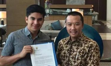 Bộ trưởng Thể thao Malaysia Syed Saddiq (trái) nhận thư xin lỗi từ người đồng cấp Indonesia Imam Nahrawi (phải) hôm 6/9.