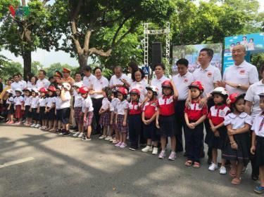 Hàng nghìn người có mặt tại khu vực hồ Hoàn Kiếm đi bộ, vận động đội mũ bảo hiểm cho trẻ em.