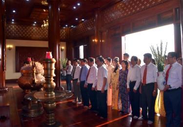Cán bộ, công chức và người lao động Cục Thuế tỉnh thành kính báo công trước anh linh Chủ tịch Hồ Chí Minh.