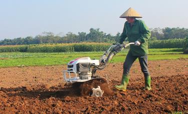 Nông dân xã Tuy Lộc đưa cơ giới hóa vào sản xuất nông nghiệp.