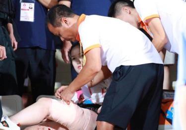 Nữ CĐV được sơ cứu tại sân.