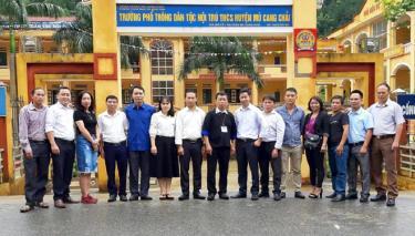 Thầy Giàng A Của (đứng giữa) cùng học sinh cũ về thăm Trường.